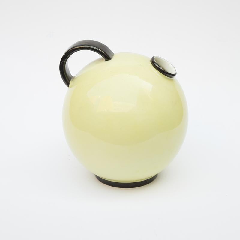 <strong>NORA GULBRANDSEN (1894-1978)</strong><br /> Vase<br /> Porsgrund Porselen<br /> Porselen med malt dekor, H 12 cm